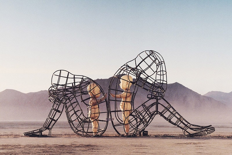this-powerful-sculpture-shows-the-inner-child-in-us